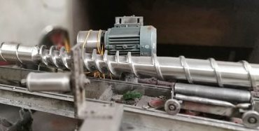 What is the principle and structure of a single screw extruder